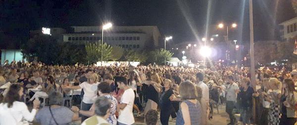 Γιάννενα: Πλήθος κόσμου στην Πλατεία για το γλέντι αλληλεγγύης του ΕΚΙ