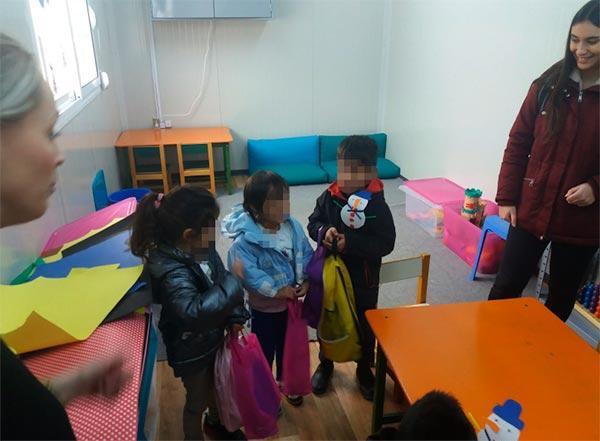 Γιάννενα: Σχολικά είδη παρέδωσαν φοιτητές σε προσφυγόπουλα