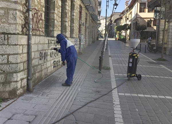 Γιάννενα: Καθαρίζουν γκράφιτι από το Καπλάνειο